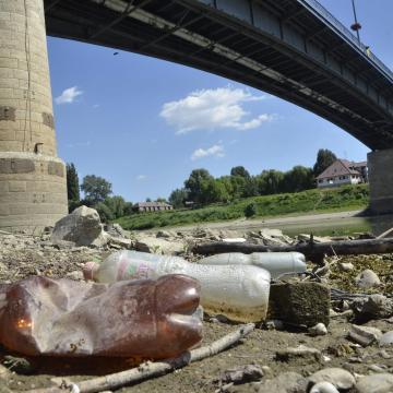 Szennyezést okoznak a tiszai ártérben felhalmozódott PET-palackok