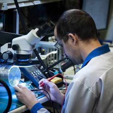 Fizetésemelés és munkaerő-felvétel várható az ipari szektorban egy felmérés szerint
