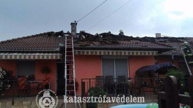 Kigyulladt egy családi ház tetőszerkezete