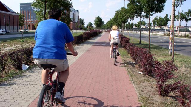 Több száz kilométer kerékpárút épül