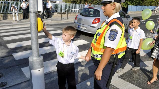 Rendőrök, polgárőrök segítik a közlekedést az iskolák környékén