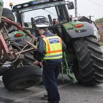 Traktorral próbált elmenekülni egy férfi a rendőrök elől