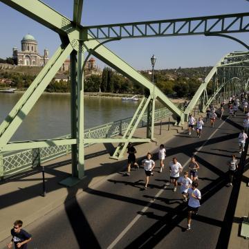 Hídfutás tizenhatodszor szombaton