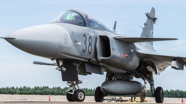 Biztonsági okokból Debrecenben szállt le egy Gripen vadászgép