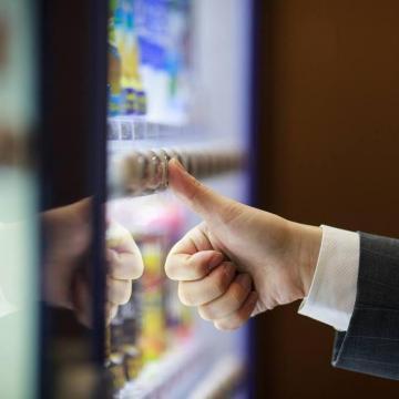 A kormány támogatja az étel- és italautomata-piac kifehérítését