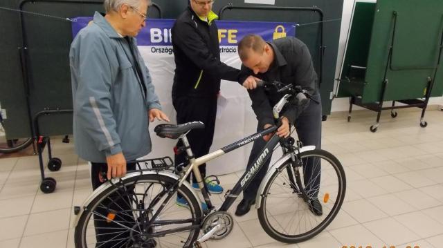 Ezúttal kollégiumban vették nyilvántartásba a bicikliket a rendőrök