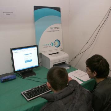 Internetbiztonsági oktatást indít a gyermekmentő szolgálat iskolásoknak