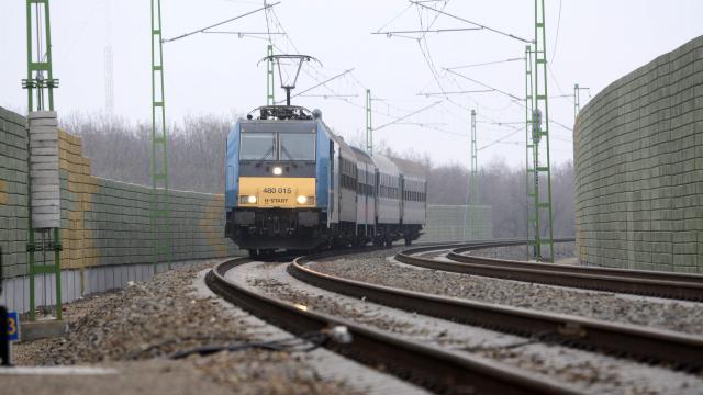 A szegedi vasútvonalon is fennakadást okoz a szél