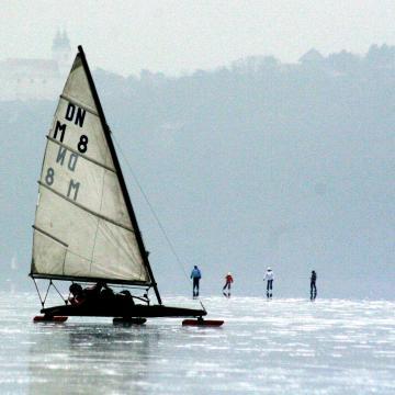 Marad a hideg, így tovább hízik a Balaton jege
