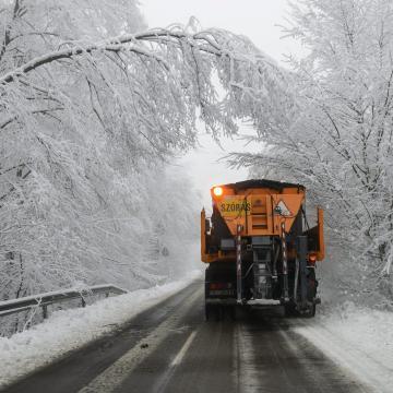 Útinform: 86 munkagéppel takarítják az utakat