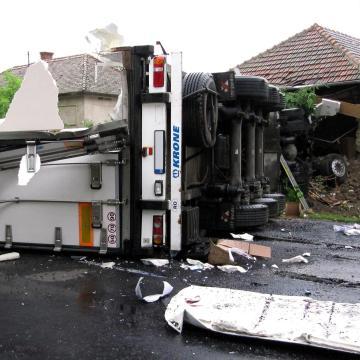 Családi házba hajtott egy lengyel kamion Aszalón