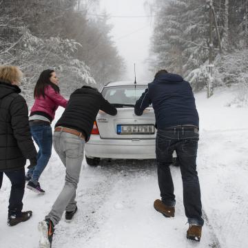 OKF: havazás, ónos eső lassítja a közlekedést