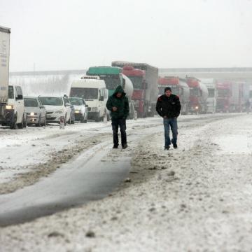 Szalagkorlátnak ütközött egy teherautó az M3-ason Tiszaújváros közelében