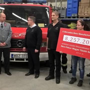 A Mercedes is segíti a tűzoltókat