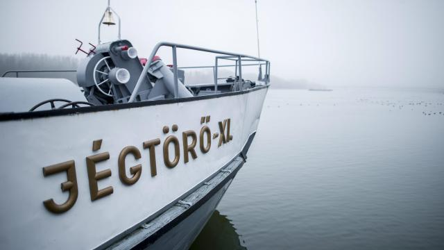 Elindult a Bajáról Széchenyi jégtörő a horvát-szerb Duna-szakaszra