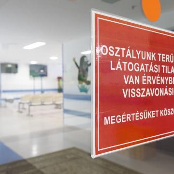 Országosan több mint ötven egészségügyi intézményben tilos a látogatás