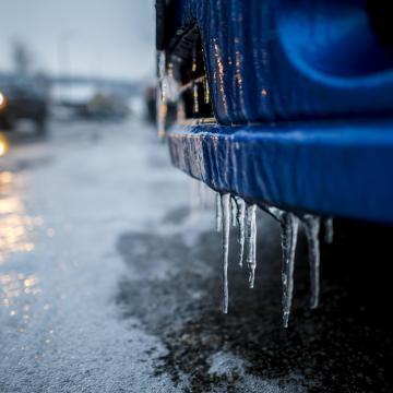 Fennakadásokat okozott az ónos eső és a havazás, csütörtökön olvadás várható