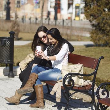 A nőket jobban hatalmukba kerítik az okostelefonok