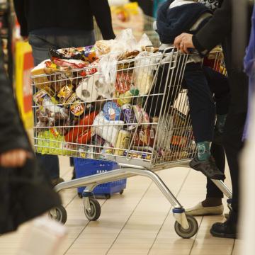 Átfogó vizsgálatot kezdett az FM az eltérő minőségű élelmiszerek miatt
