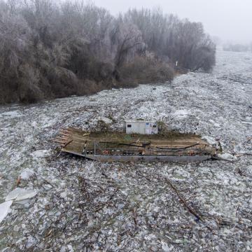 Mégsem borult fel, sőt kiszabadult a jég fogságából a tiszacsegei komp