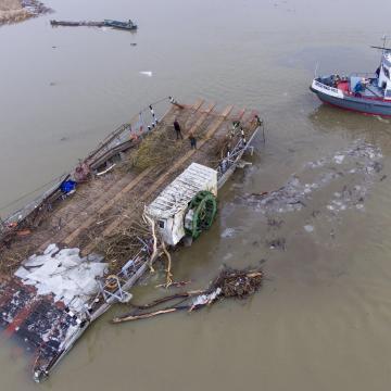 Tiszai árhullám - A kiskörei kikötőbe vontatták a korábban elszabadult kompot