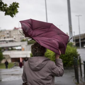 Az ország nagy részén viharos szélre figyelmeztet a meteorológiai szolgálat