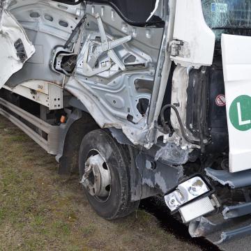 Totálkáros lett a teherautó, a vezető túlélte a balesetet