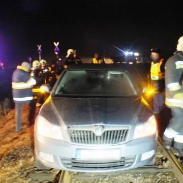 Mobiltelefonok fényével megállították a vonatot a sínen rekedt autó előtt
