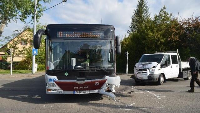 Busz és teherautó is ütközött hétfőn