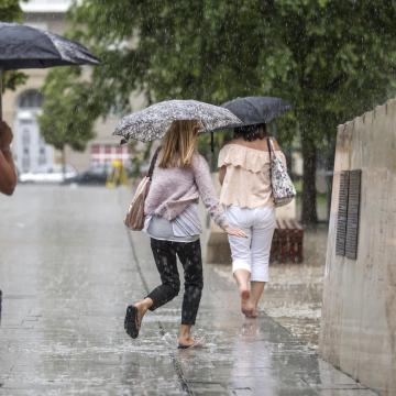 Ránk szakad az ég: felhőszakadás és heves esőzés jön