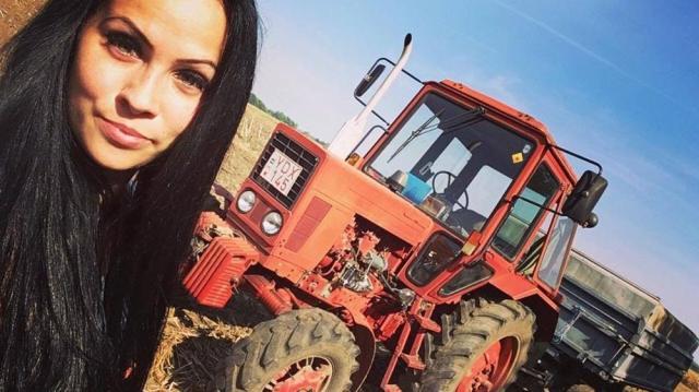 Szépséges gazdák a traktor nyergében