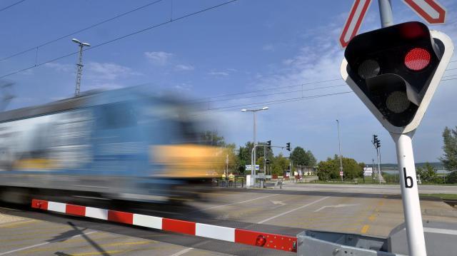 Vasúti átjárókban razziázik a rendőrség és a MÁV