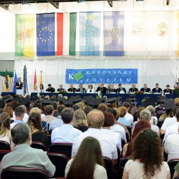 Félezren kaptak diplomát a Kaposvári Egyetemen