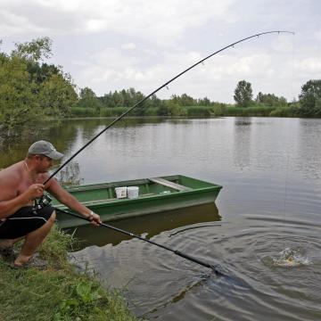 Négyszázezer horgászt ellenőriznek a halőrökön kívül már a rendőrök is