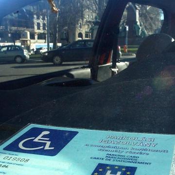 Közokirat-hamisításért felelhet a mozgáskorlátozott igazolvánnyal parkoló férfi