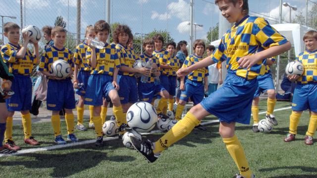 Először fociznak, aztán kézzel húzzák a vonatot