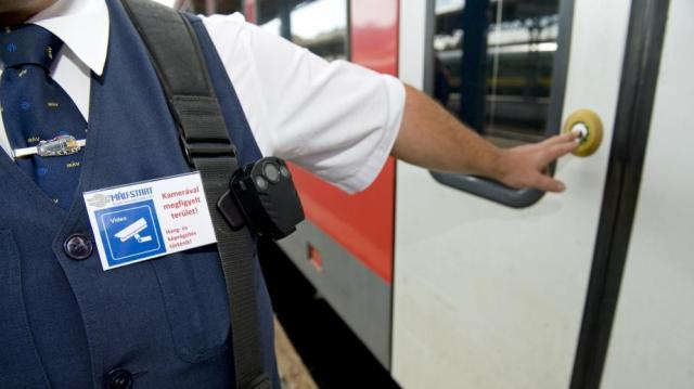 Viedeokalauzok kérik a jegyet a MÁV vonatokon