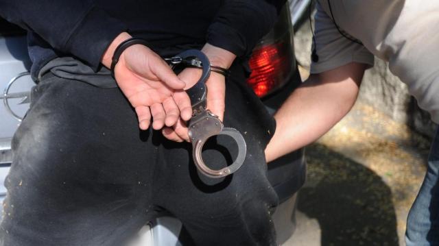 Rendőrökre támadtak a kutasi romanapon