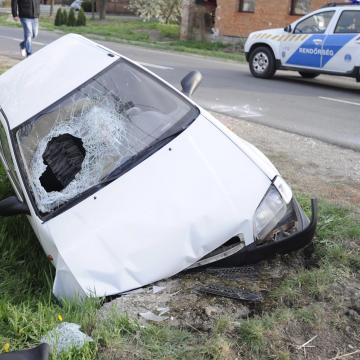 Árokba borult egy autó a 61-esen