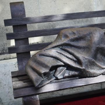 Kaposvárra érkezik a Hajléktalan Jézus szobor