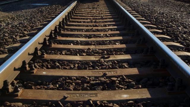 Kövekkel dobálta a vonatokat egy férfi