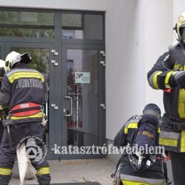 Teljes felszereltségben rohantak a gimnáziumba a tűzoltók