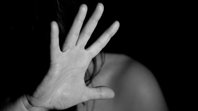 Rátörte az ajtót a boltosra: meg akarta erőszakolni a nőt