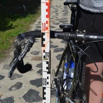 Szűkre vette: feldöntötte a pótkocsi a biciklist