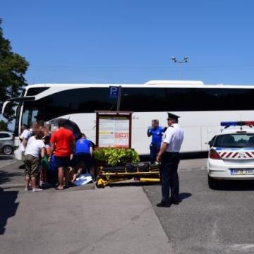 Tolatás közben tarolta le a busz a családot
