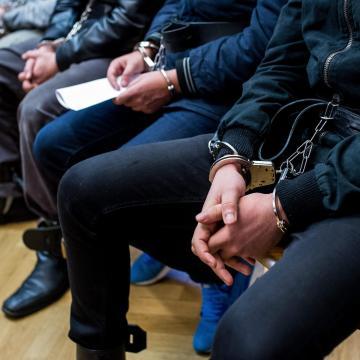 Vádat emeltek a Kutason rendőrökre támadó csoport tagjai ellen