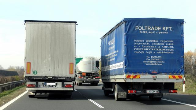 Szórólapot kapnak a kamionsofőrök az előzési tilalomról