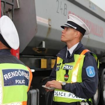 Teherautók és autóbuszok fokozott ellenőrzése - Fegyvert és kábítószert is keresnek a rendőrök