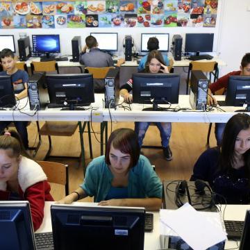 Szupergyors internetet és teljes wifi-lefedettséget kapnak az iskolák 2019 végéig