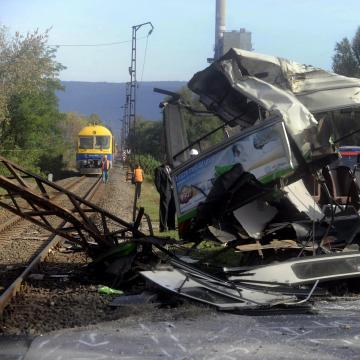 Busz és vonat ütközött Kónynál, hárman megsérültek